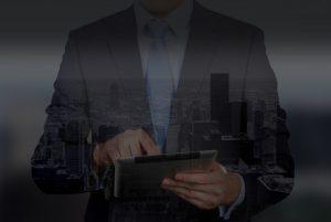 Commercial en entreprise utilisant une tablette tactile