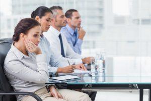 Femme d'affaire qui s'ennuie pendant une réunion devant un power point